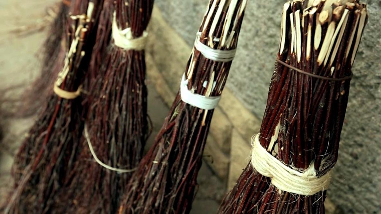 Tradiční výroba březových metel: Poctivé koště, aby dnes člověk pohledal…