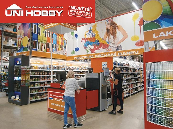 Regály s barvami v hobby centru