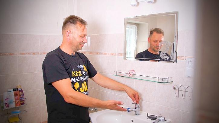 Minutový manžel opravuje kartuši u vodovodní baterie v koupelně