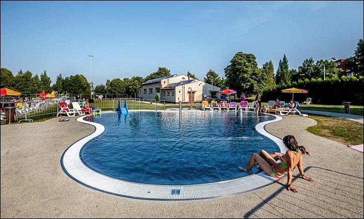 Chodníky a plochy kolem bazénů mohou být funkční i krásné