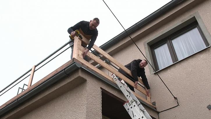 Montování opláštění balkónu
