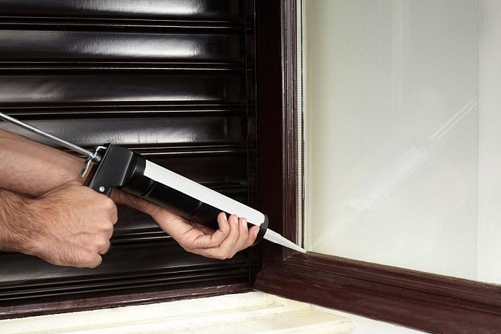 Oprava okenních tmelů pomocí pistole