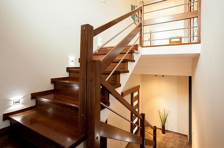 Oprava rýhy v dřevěném schodišti (Zdroj: Depositphotos)