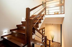 Oprava rýhy v dřevěném schodišti