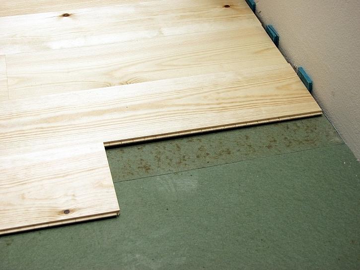 Při pokládce podlahy potřebujete zakrátit jednotlivé lamely