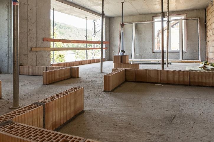 Skelet domu byl postaven z betonu a cihel HELUZ, obklad je dřevěný