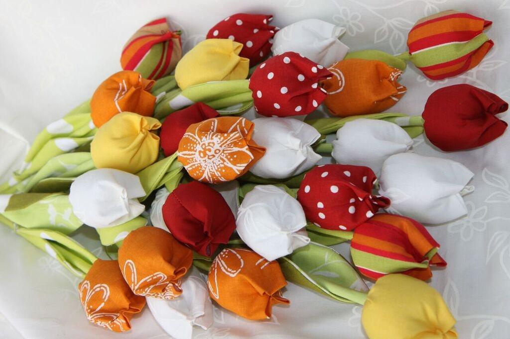 Jak ušít jednoduchou látkovou květinu: Tulipán vám vydrží ve váze stále čerstvý