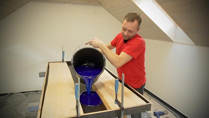 Pepa v Libovkách vyrábí stylový stůl z masivu s řekou z modré pryskyřice