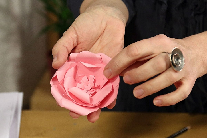 růžová papírová květina