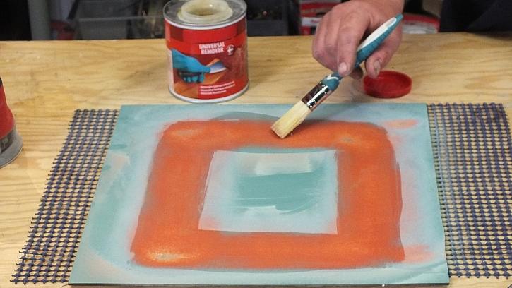Dekorování zrcadla ze zadní strany: na plochu, kde bude ornament, naneseme odstraňovač barev