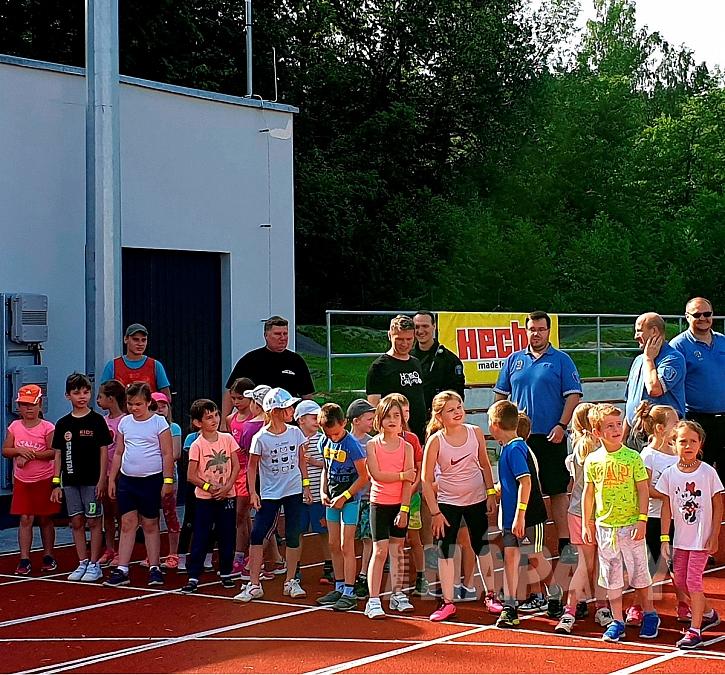 Děti připravené na běh na startu (Zdroj: HECHT)