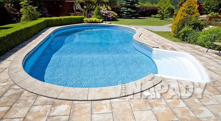 Zahradní bazén se schůdky (Zdroj: Depositphotos.com)