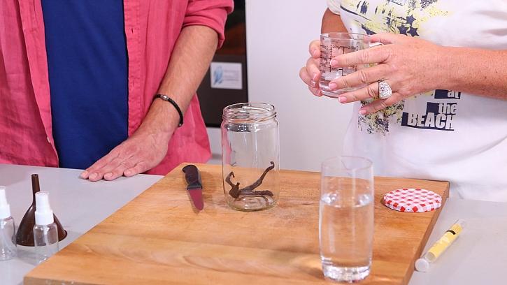 DIY domácí parfém: vanilkový lusk zalijeme alkoholem