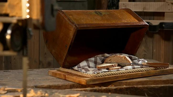 Návod na výrobu chlebníku ze starého víka od šicího stroje