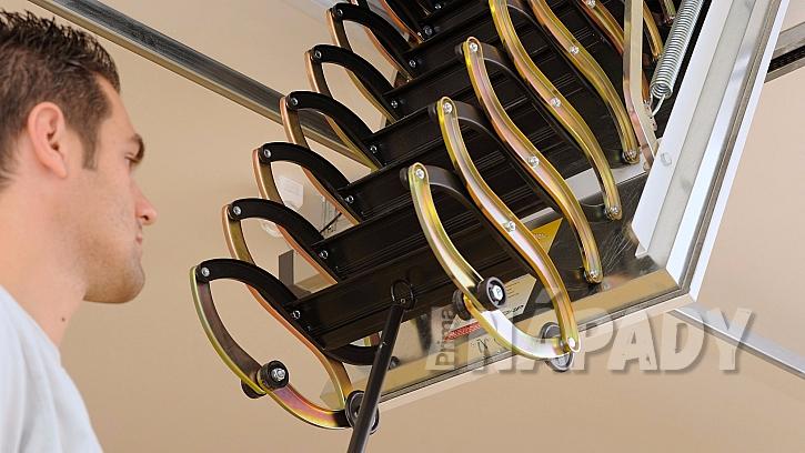Stažení schodů pomocí stahovací tyče