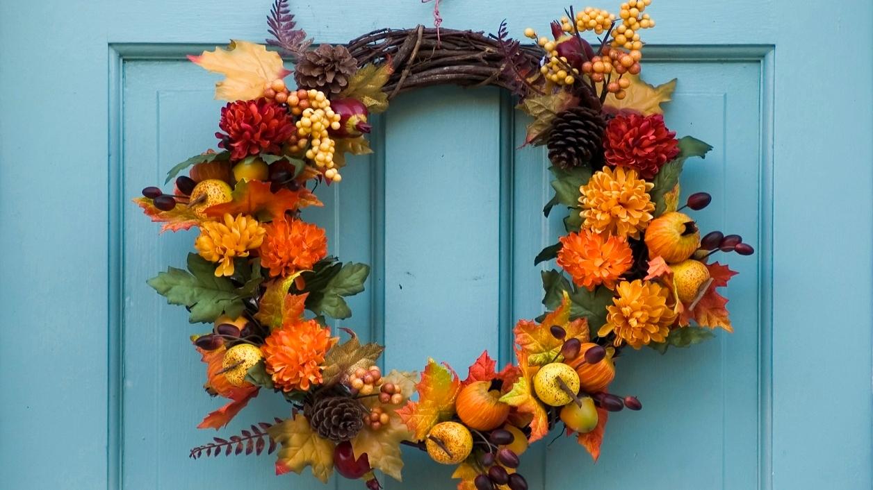 Podzimní dekorace: 9 návodů, jak udělat závěsný věnec na dveře