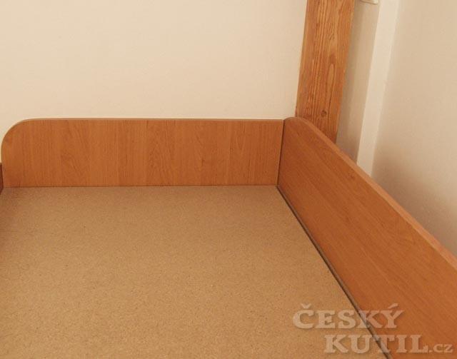 Postel pod patro v úzké místnosti