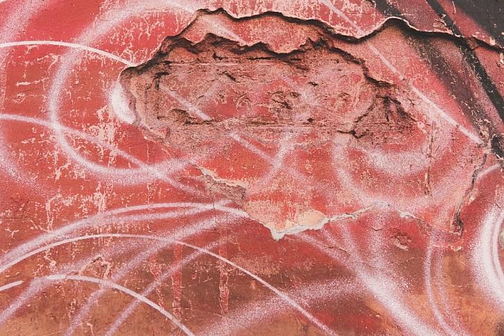 Hodně poškozený povrch zdiva je nutné před penetrací důkladně připravit