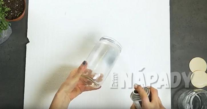 DIY: Závěsný panel s květináči: nastříkejte sklenice barvou