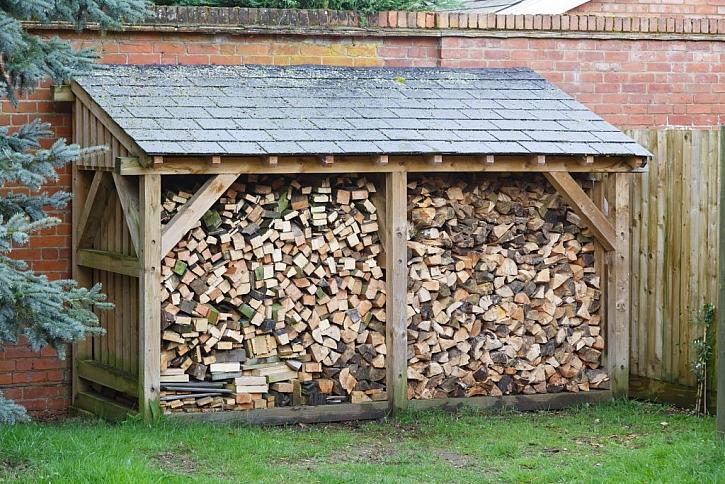 Dřevo uskladníte nejlépe v dřevníku. Vy ho ještě nemáte?
