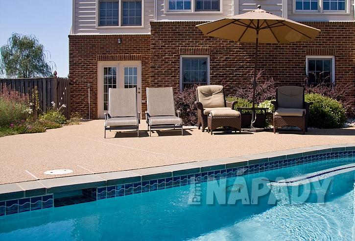 Jaké posezení vybrat k bazénu? (Zdroj: Depositphotos.com)