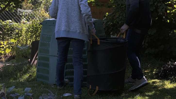Uložení organického materiálu do kompostéru.