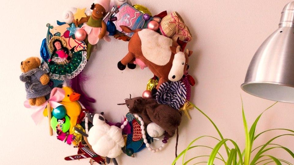 Jak vyrobit báječnou dekoraci do dětského pokoje: Věnec z hraček