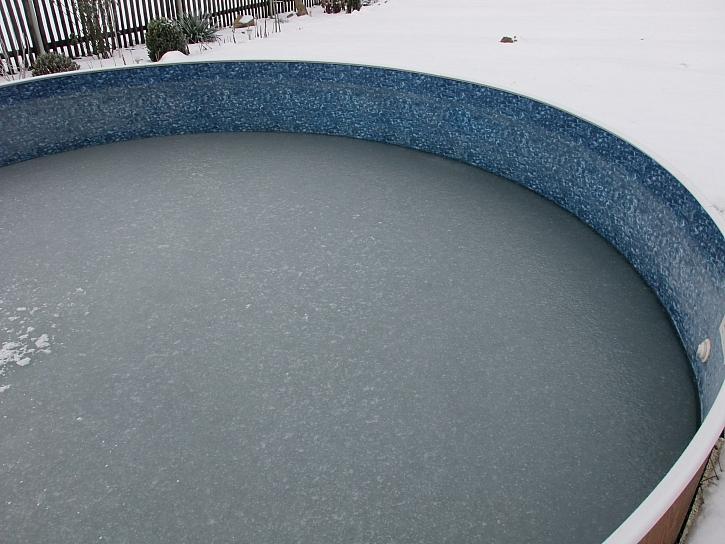 Led v bazénu