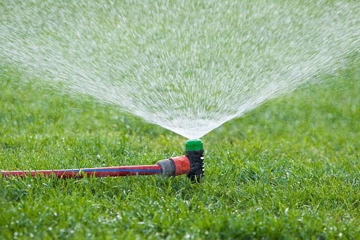 Celoletní zavlažování trávníků je velký nešvar