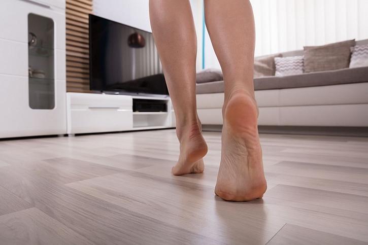Díky podlahovému topení můžete zapomenout na domácí papuče a užívat si teplo od nohou