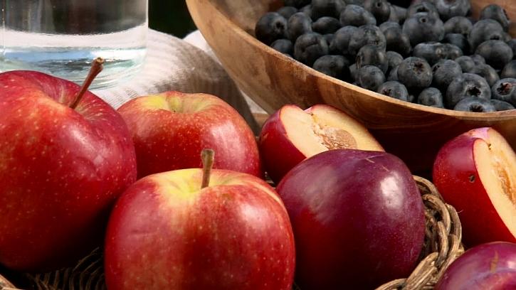 Jablka, plumy a borůvky