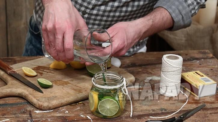 Vonná svíčka proti hmyzu: citrusy a tymiánzalijeme vodou