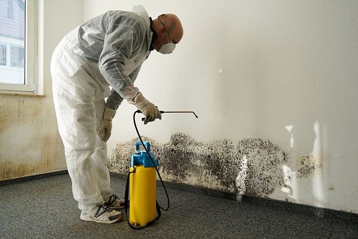 Při práci s plísněmi a chemikáliemi se chraňte oblekem a rouškou