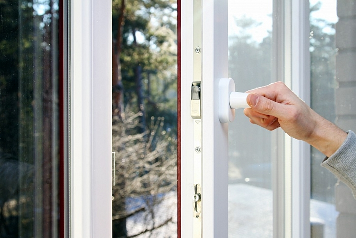Větrat otevřením okna je vhodné pouze v létě