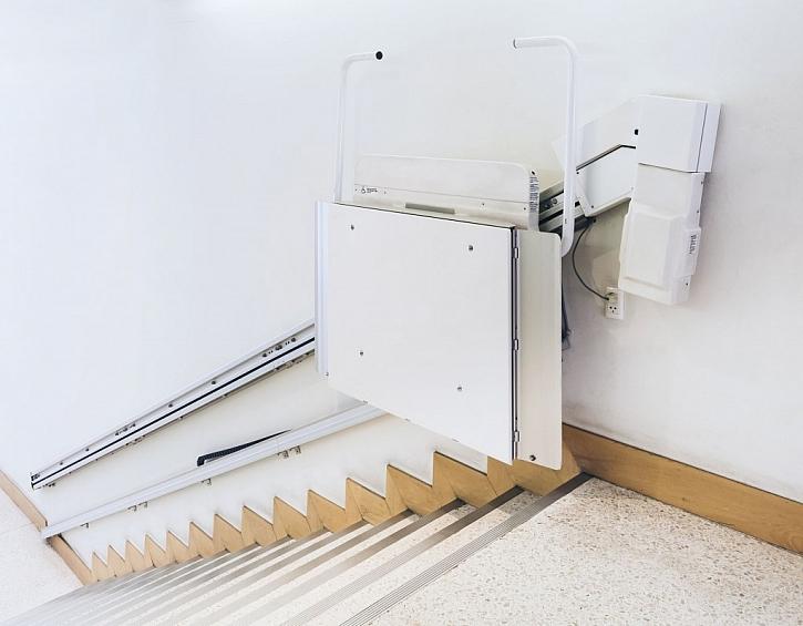 Bezbariérový přístup k bytu lze pro vozíčkáře zajistit i pomocí plošiny