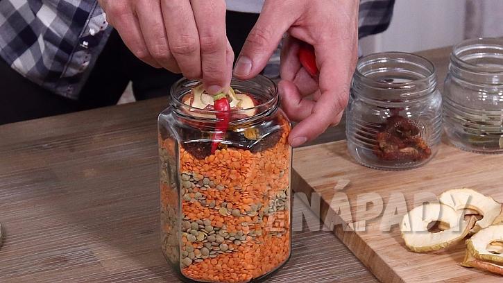 Do sklenice přidáme chilli papričku