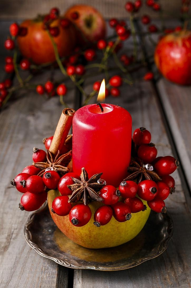 Svícen z jablka, šípku a koření