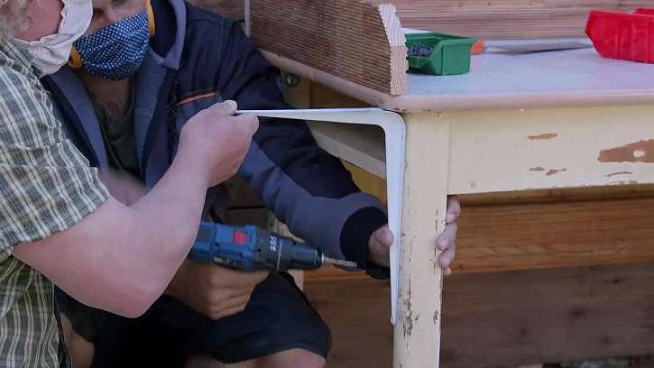 Šroubování poliček k noze stolu