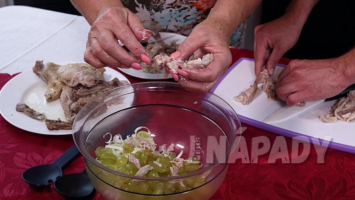 Recept na kuřecí salát: maso natrháme na kousky