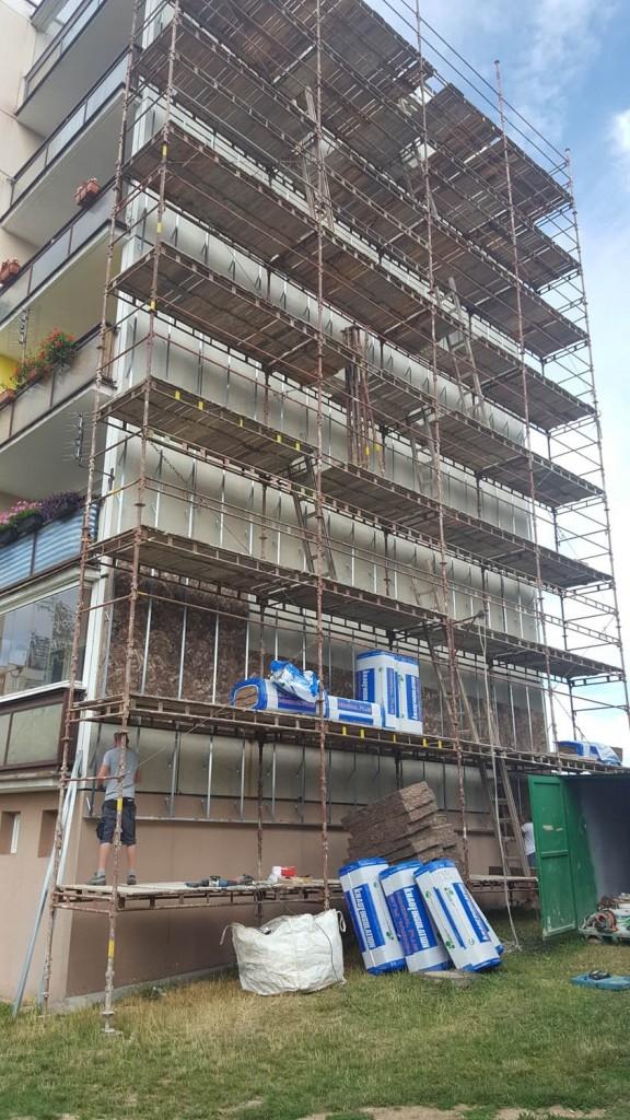 Ocelová konstrukce provětrávané fasády Diagonal 2H je založená pod úrovní podlahy zvýšeného přízemí.