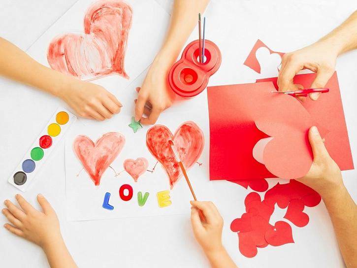 Valentýnskou dekoraci můžete jednoduše vystřihnout z papíru nebo namalovat.