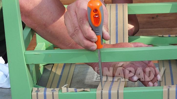 Křesílko ze staré židle:popruh připevníme pomocí hřebíčků