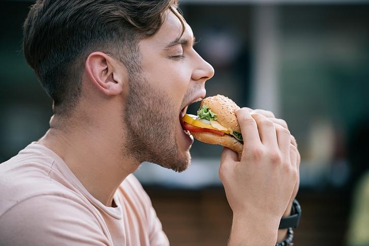 Příprava domácích burgerových housek (Zdroj: Depositphotos)