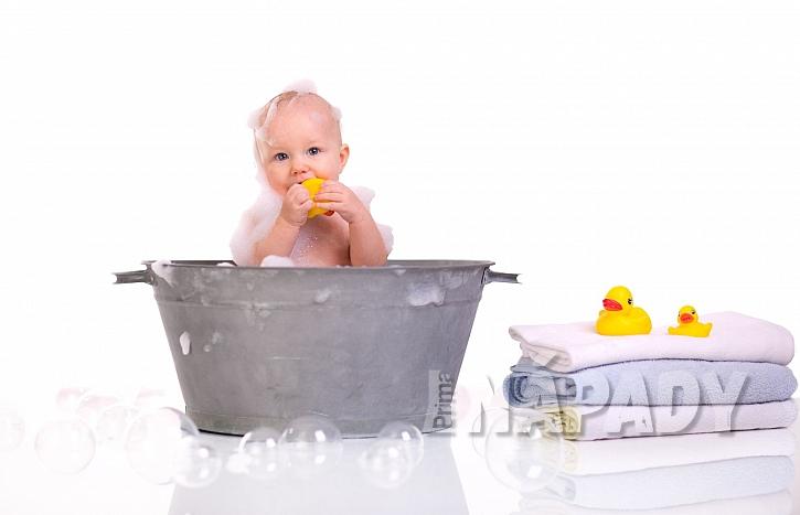 Miminko se koupe v plechové vaničce