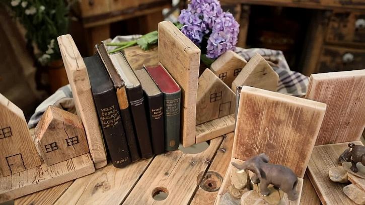 Zarážka na knížky ze starého dřeva