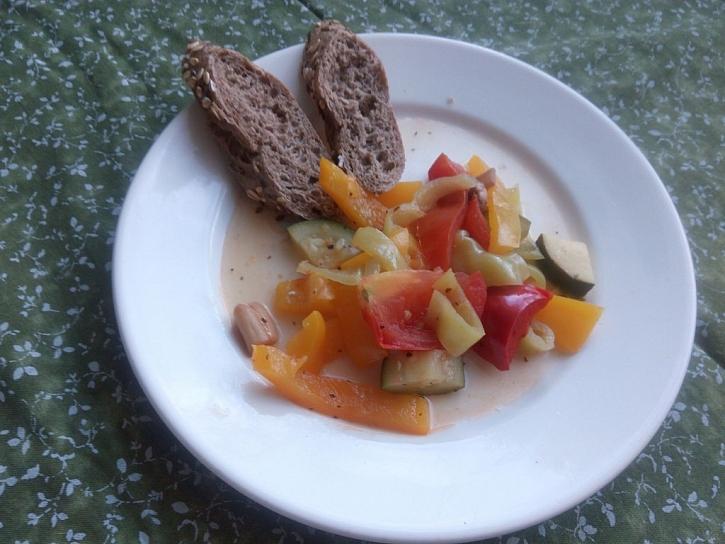 Grilovaná zelenina z alobalu může sloužit jako hlavní chod i jako příloha