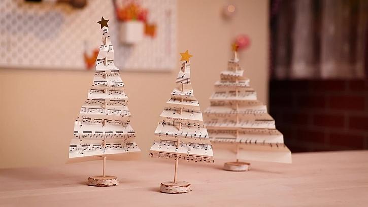 Dekorativní vánoční stromečky z notového papíru budou vkusnou ozdobou (Zdroj: PRIMA DOMA)