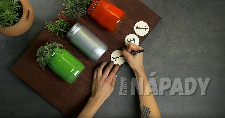 DIY. Závěsný panel s květináči: dozdobte sklenice