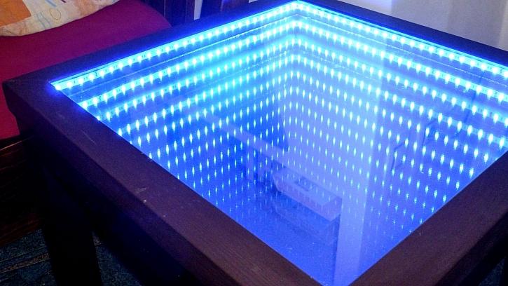 Kouzelný svítící stolek s nekonečnou hloubkou