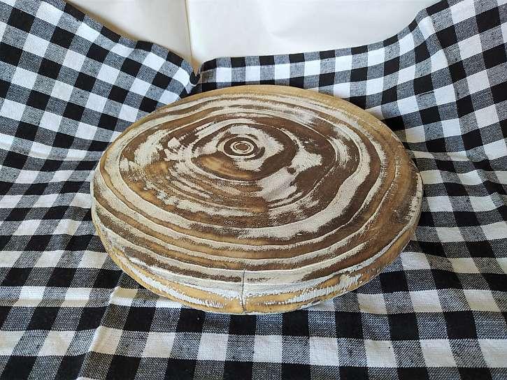 Při stavbě podzimní dekorace základ tvoří ubrus a na něm dřevěný kruh s letokruhy